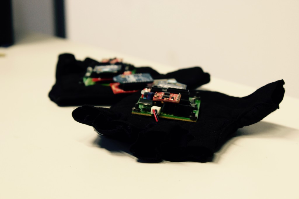 Qgo3, a hand-worn wireless sensor gloves